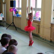 Luisa (7) tanzt eine selbst erdachte Choreographie; Foto: C. Schreiter