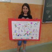 Mariella (9) mit ihrem, gemeinsam mit Freunden, gestalteten Plakat; Foto: Miriam Bach