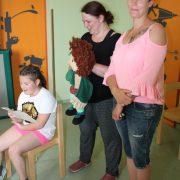 Handpuppe Frieda singt mit Tanita (8); Foto: C. Schreiter